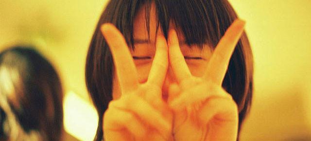 O porquê dos dedos em V