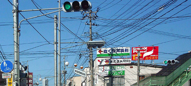 Cabos eléctricos que inundam os céus japoneses